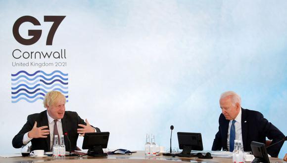 El primer ministro británico, Boris Johnson (izq.), y el presidente estadounidense, Joe Bidena asisten a una sesión plenaria durante la cumbre del G7 en Carbis Bay, Cornwall, el 13 de junio de 2021. (Foto de PHIL NOBLE / POOL / AFP).