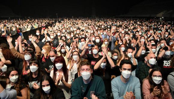 Los espectadores esperan el inicio de un concierto de música rock en el Palau Sant Jordi de Barcelona el 27 de marzo de 2021, en medio de la pandemia de coronavirus. (Foto de LLUIS GENE / AFP).