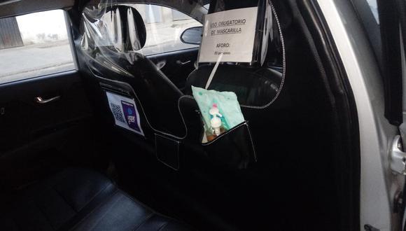 La barrera de protección en el interior del taxi busca evitar los contagios de COVID-19. (GEC)