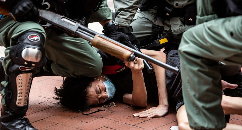 Esta foto de archivo tomada el 24 de mayo de 2020 muestra a la policía de Hong Kong deteniendo a un manifestante en favor de la democracia en el distrito de Causeway Bay. China aprobó una ley de seguridad nacional para Hong Kong el 30 de junio de 2020. (Foto por ISAAC LAWRENCE / AFP).