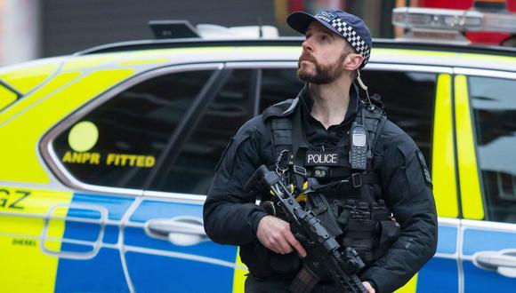 Un policía asegura el área una calle de Streatham, en Londres, donde ocurrió el atentado terrorista que fue reivindicado por el Estado Islámico. (EFE).