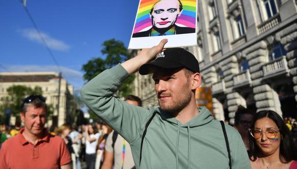 """Un manifestante sostiene un cartel que muestra al presidente ruso Vladimir Putin frente al Parlamento de Hungría, durante una protesta contra el proyecto de ley que busca prohibir la """"promoción"""" de la homosexualidad. (GERGELY BESENYEI / AFP)."""