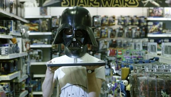 Imagen de archivo referencial de Simon Domoney ajustando una figura del Capitán Rex junto a una réplica a escala del caso y máscara del personaje de Star Wars Darth Vader en la tienda de cómics Forbidden Planet en Londres, Reino Unido. (Foto: Reuters)