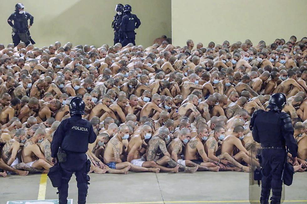 Foto del 25 de abril de 2020 que muestra a los reclusos en la prisión de Izalco, al noroeste de San Salvador, durante una operación de seguridad dentro de la pandemia de coronavirus. La imagen fue registrada después de que el presidente Nayob Bukele decretó el estado de emergencia en las cárceles donde están recluidos los integrantes de pandillas. Foto: AFP PHOTO / EL SALVADOR'S PRESIDENCY PRESS OFFICE