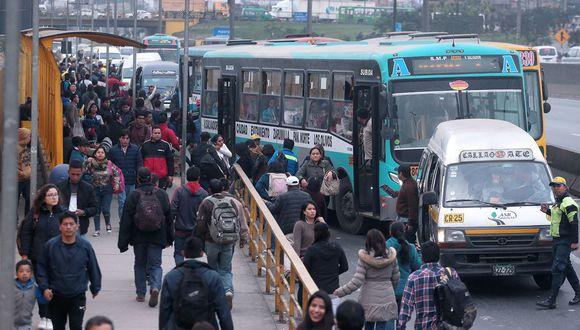 """""""pedir un metro de distancia es imposible para los millones que toman cada día una combi, un bus o comen en el menú"""". (Foto: Hugo Pérez / El Comercio)"""