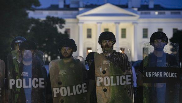 La policía custodia la Casa Blanca ante la presencia de manifestantes que exigen justicia para George Floyd. (Foto: Samuel Corum / AFP).