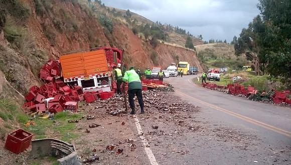 El camión trasladaba cajas de cerveza, las cuales junto con las botellas quedaron desperdigadas en la carretera. (Foto: Juan Sequeiros)