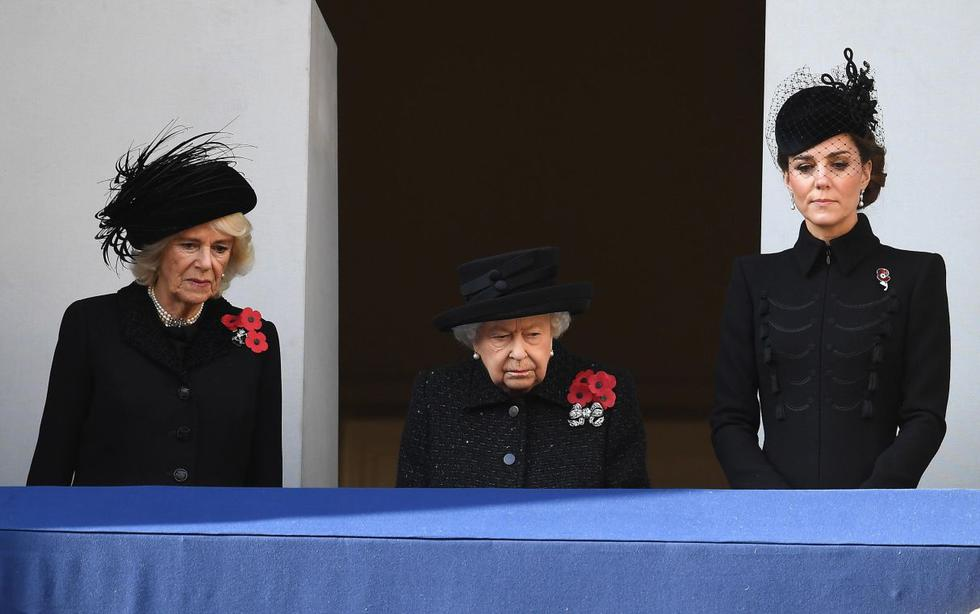 La reina Isabel II presidió este domingo en Londres la ceremonia de conmemoración del armisticio que puso fin a la Segunda Guerra Mundial, el 11 de noviembre de 1918, en la que participaron otros miembros de la monarquía y los líderes de los partidos políticos. (Foto: EFE)
