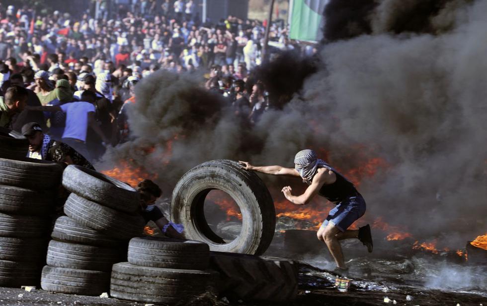 Los manifestantes palestinos se enfrentan a las tropas de Israel en el puesto de control de Hawara, al sur de la ciudad de Naplusa en la ocupada Cisjordania. (Foto de JAAFAR ASHTIYEH / AFP).