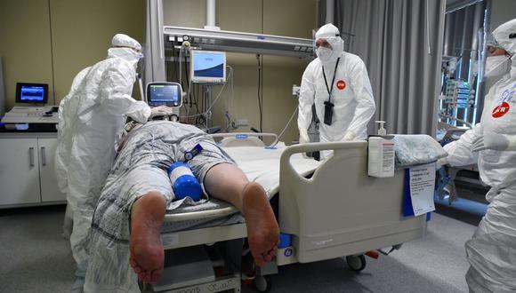 Médicos que usan un equipo de protección personal atienden a un paciente de coronavirus en la unidad de cuidados intensivos del Hospital Mariinsky en San Petersburgo, Rusia, el 7 de julio de 2021. (OLGA MALTSEVA / AFP).