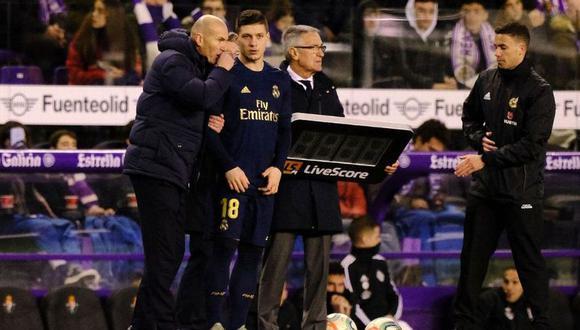 Luka Jovic escuchando las indicaciones de Zinedine Zidane. (Foto: EFE)