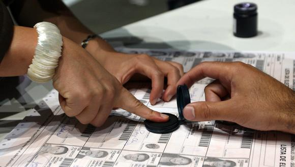 Imagen referencial en la que se ve a una peruana votando en Madrid, España. AFP