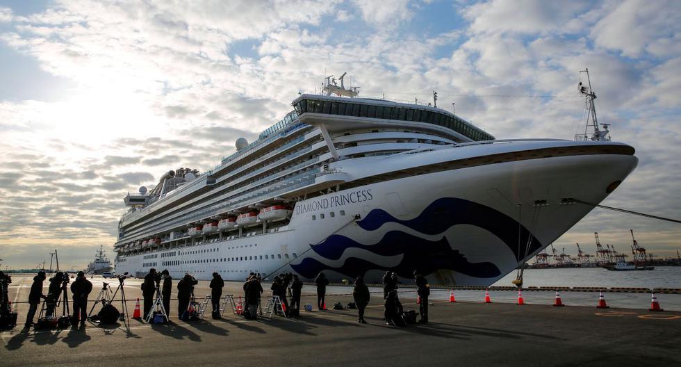 Los periodistas se muestran junto al crucero Diamond Princess, anclado en Yokohama. En su interior, se encuentran nueve peruanos. (Reuters).