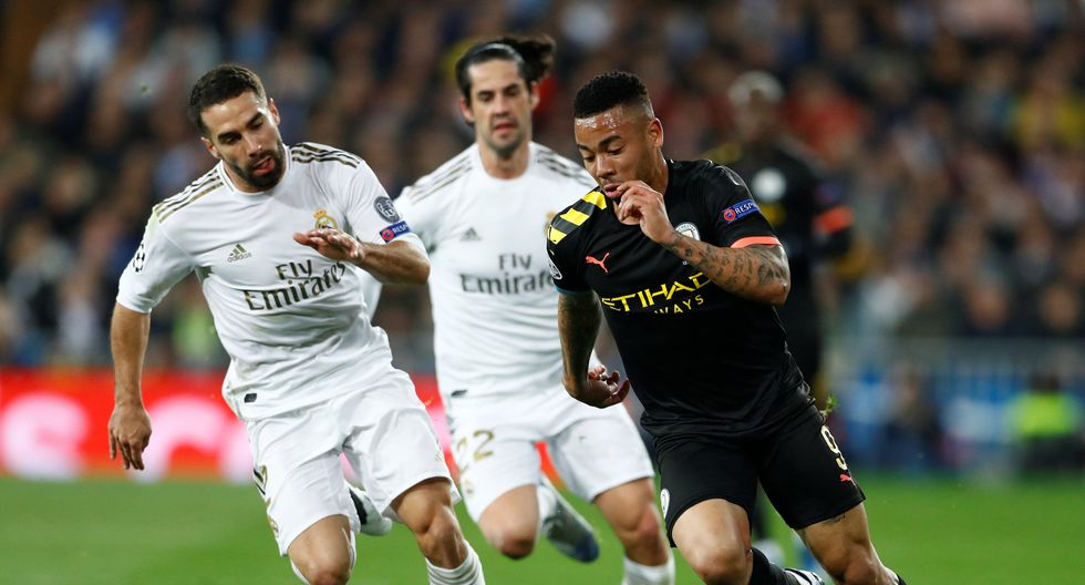 Soccer Football - Champions League - Round of 16 First Leg - Real Madrid v Manchester City - Santiago Bernabeu, Madrid, Spain - February 26, 2020  Real Madrid's Dani Carvajal in action with Manchester City's Gabriel Jesus  REUTERS/Juan Medina