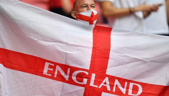 Un aficionado inglés agita la bandera de su país antes del inicio del partido de fútbol de octavos de final de la UEFA EURO 2020 entre Inglaterra y Alemania en el estadio de Wembley, en Londres. (Foto de JUSTIN TALLIS / POOL / AFP).