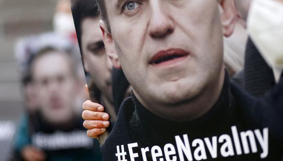 En esta foto de archivo, activistas de Amnistía Internacional se manifiestan frente a la embajada rusa en Berlín, el 24 de abril de 2021, pidiendo la liberación del crítico del Kremlin Alexei Navalny. (Foto de Odd ANDERSEN / AFP).