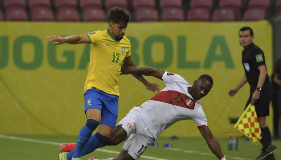 No fue el mejor partido de Luis Advíncula, aquí marcado por el volante Lucas Paquetá. (Foto: AFP)