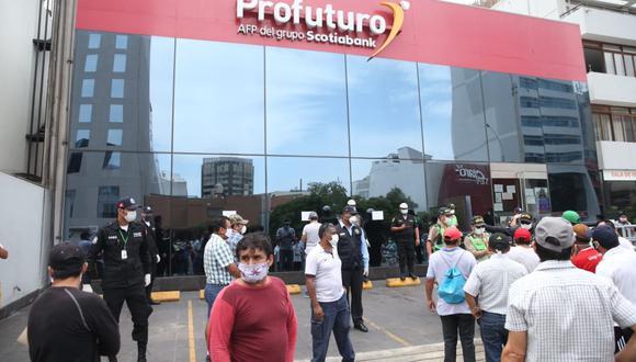 En caso el afiliado tenga problemas al llenar su solicitud puede acudir a los canales de atención de las AFP o de la AAFP. (Foto: Andina)