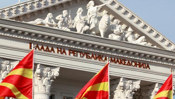 Banderas de Macedonia ondean frente al Palacio de Gobierno en Skopie. (Foto: Reuters/Ognen Teofilovski)