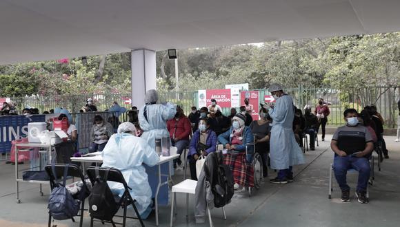 El viceministro de Salud Pública, Gustavo Rosell, afirmó que, por ejemplo, a los partidos de la selección peruana solo podrían ingresar al estadio las personas vacunadas con dosis. (Foto: El Comercio)