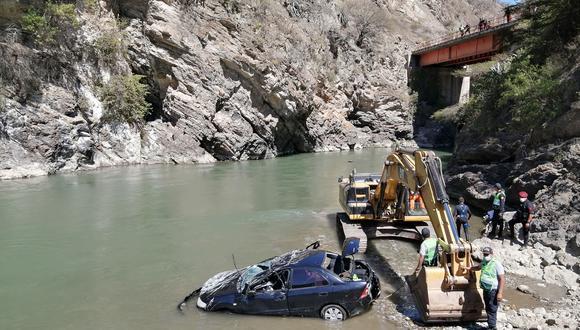 El accidente se registró en el kilómetro 30 de la carretera Abancay –Lima, sector denominado puente Chontay. El auto quedó 10 metros río abajo. (Foto: Carlos Peña)
