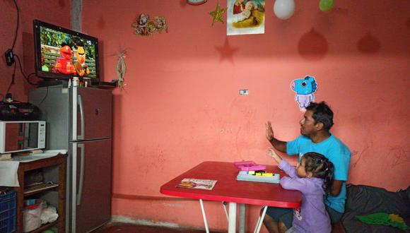 """En la imagen, una niña de educación primaria presencia """"Aprendo en casa"""", el programa de clases virtuales implementado por el gobierno durante la emergencia sanitaria."""