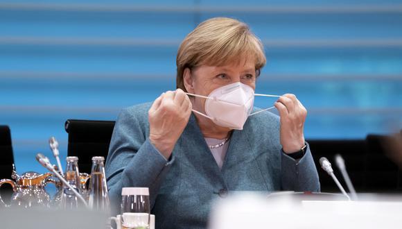Alemania se ha visto fuertemente afectada por la segunda ola de contagios del nuevo coronavirus. En la foto vemos a la canciller alemana, Angela Merkel, colocarse una mascarilla. (Foto de archivo: EFE)