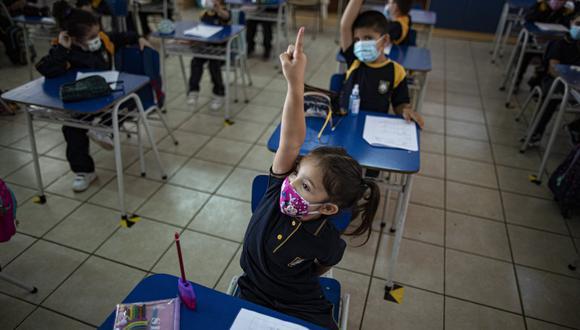Durante el primer semestre de 2021, la apertura de los centros educativos estuvo sujeta a la situación epidemiológica, lo que llevó a que muchas escuelas permanecieran cerradas -un 37 % del total de recintos, según cifras oficiales-, o que abrieran de forma intermitente y caótica. (Foto: Esteban Felix / AP)