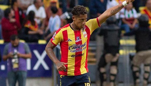 El peruano Ray Sandoval abrió el marcador para Morelia en duelo ante Santos Laguna por la fecha 2 del Apertura de Liga MX con soberbio cabezazo. Irven Ávila participó de la acción. (Foto: MEXSPORT)