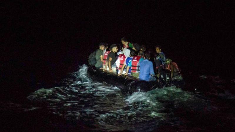 Un bote lleno de migrantes cruza a la isla griega de Lesbos por la noche, una de las rutas más utilizadas para ingresar a Europa por los migrantes afganos. (Foto: Getty Images)
