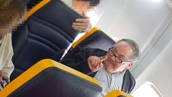 Los gritos del hombre a la mujer que estaba en su fila fueron captados por otros pasajeros en un video. (Foto:FACEBOOK/DAVID LAWRENCE)