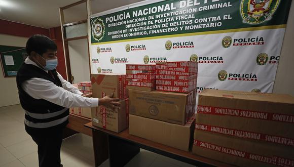 Un agente de la Policía Fiscal coloca en cajas los medicamentos que han sido incautados en el mercado negro en los últimos días. La mayoría es ivermectina. (Foto: César Bueno)