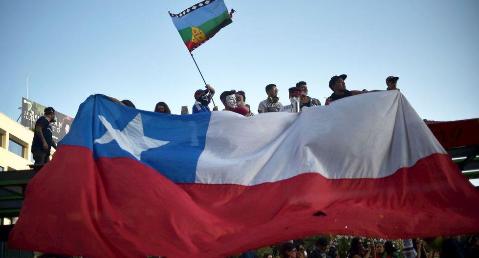 El precio del dólar en Chile operaba a la baja en la apertura del lunes. (AFP)
