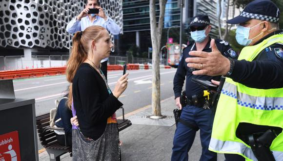 La policía habla con una mujer que no lleva máscara mientras verifican el cumplimiento de las órdenes de cierre en el centro de Brisbane, Queensland, Australia. (Foto:  EFE / EPA / DAN PELED AUSTRALIA Y NUEVA ZELANDA).