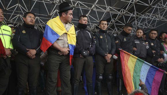 """La Presidencia de Ecuador calificó de """"secuestro"""" la retención de ocho agentes de la Policía por manifestantes indígenas, en la sede de la Casa de la Cultura en Quito. (AP)"""
