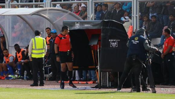 El árbitro Michael Espinoza acudió al VAR para expulsar a Rosell por un pisotón. (Foto: Jesús Saucedo)