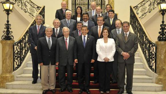 Los líderes políticos en la foto oficial con el presidente Ollanta Humala al término del encuentro en Palacio de Gobierno. (Foto Andina)