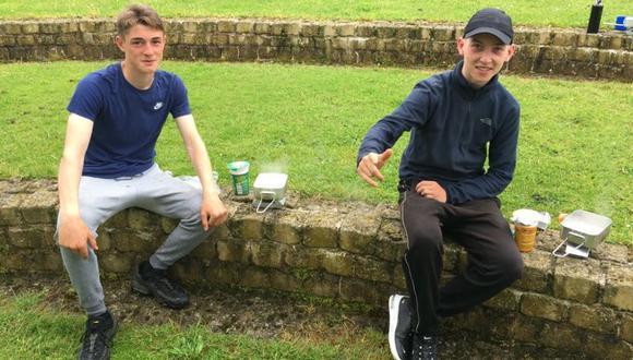 Los amigos Nathan (a la izquierda) y James tenían problemas frecuentes con la policía antes de inscribirse en el Premio Duque de Edimburgo. (Foto: DAVE KIRTON, vía BBC Mundo).