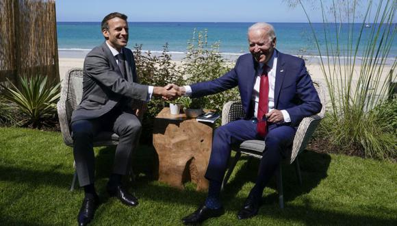 El presidente Joe Biden y el presidente francés, Emmanuel Macron, se dan la mano durante su visita durante una reunión bilateral en la cumbre del G-7 en Carbis Bay, Inglaterra. (Foto: AP / Patrick Semansky)