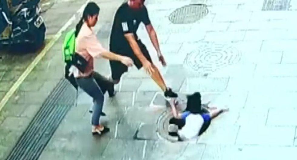 El terrible momento en el que un niño cae por una alcantarilla en China. (Foto: captura de video)