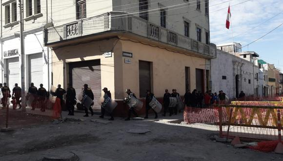 Gran número de policías se encuentra en el centro histórico de Arequipa para dar seguridad ante paralización. Coincide con el inicio del Perumin. (Foto: Zenaida Condori)