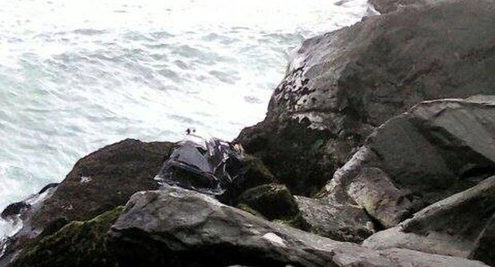 Chofer de colectivo desaparece tras caída de auto a acantilado