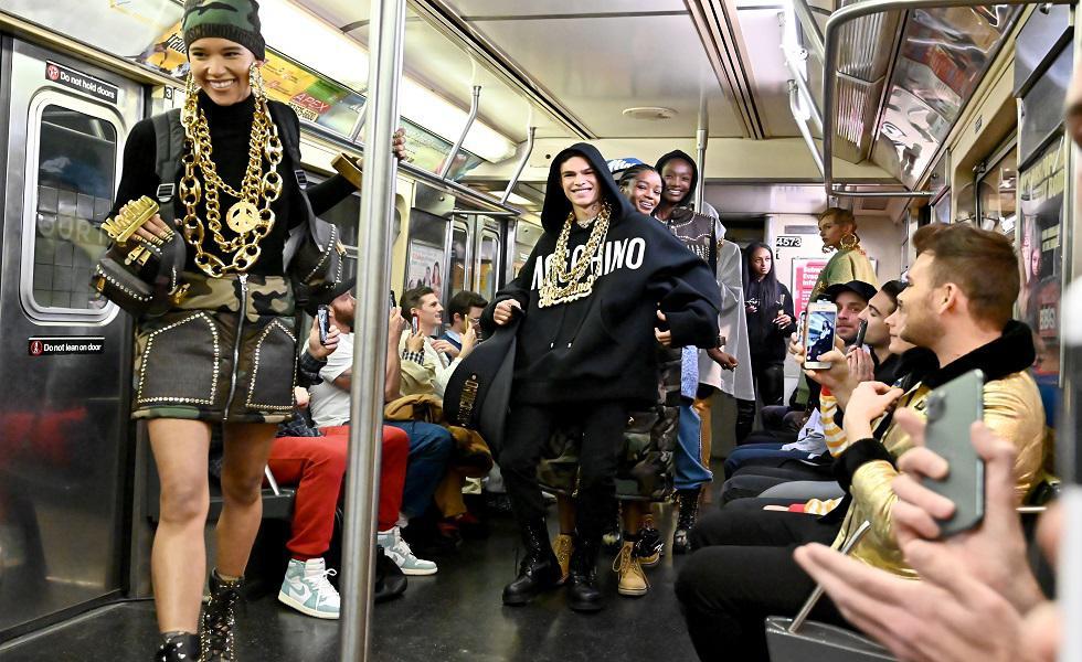 Moschino presentó su nueva colección en un metro de Nueva York. Recorre la galería y entérate de más detalles. (Foto: AFP)