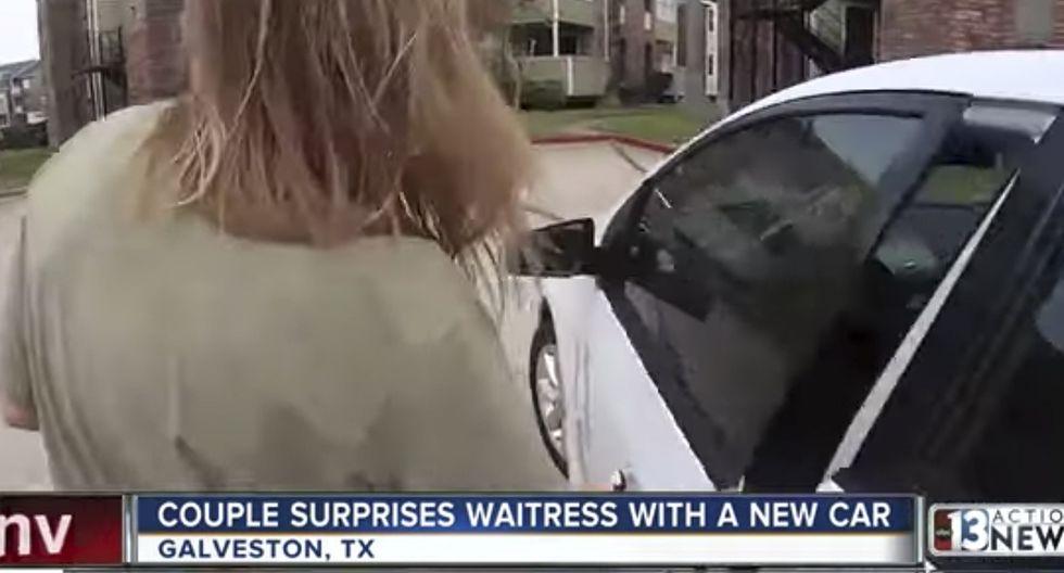 Una pareja sorprendió con un auto nuevo a una mesera que caminaba horas para llegar a su trabajo. (YouTube)