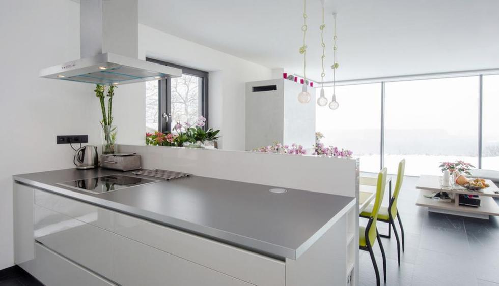 No tener una campana extractora. Además de contar con amplias ventanas, es necesario tener una campana extractora en tu cocina. Esta evitará que los olores se queden en el ambiente y que  las paredes no se ensucien con manchas de grasa. (Foto: Shutterstock)