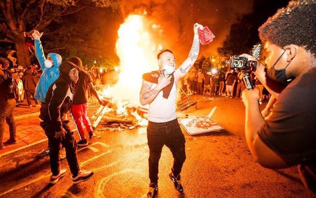 Los manifestantes queman una barricada frente a la Casa Blanca durante una manifestación para repudiar el asesinato de George Floyd en Minneapolis (EFE / EPA / JIM LO SCALZO).