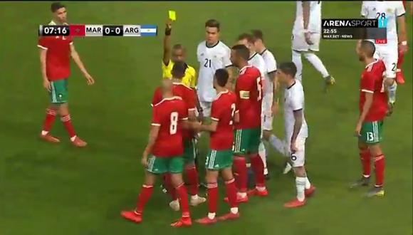 Younès Belhanda recibiendo la tarjeta amarilla por la falta sobre Lautaro Martínez. (Foto: captura de video)