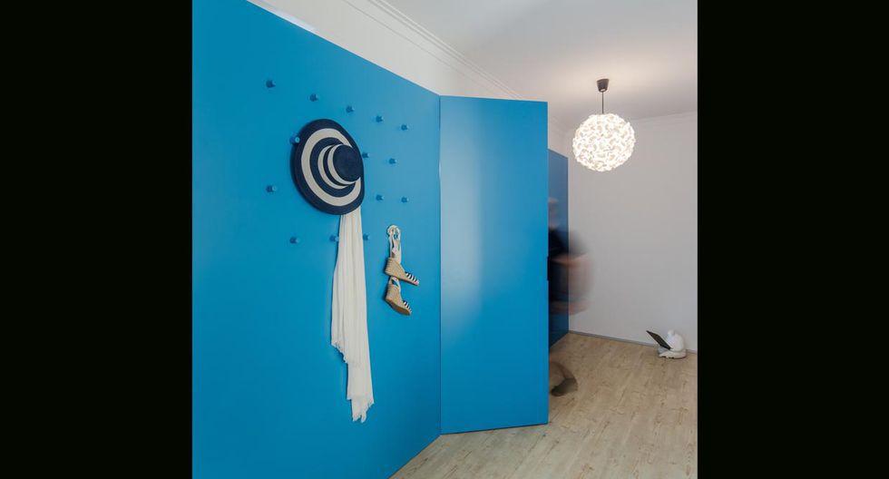En el mobiliario azul también se incluyeron colgadores para los distintos accesorios de los dueños. (Foto: João Morgado /tiagodovale.com)