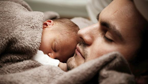 Imagen referencial de padre con su hijo en brazos. (Foto: Pixabay)