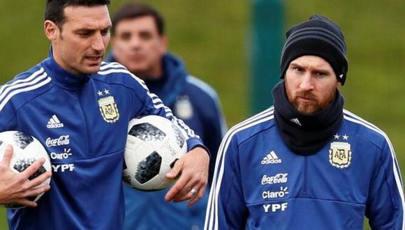 Lionel Scaloni junto a Leo Messi durante los entrenamientos de la Albiceleste. (Foto: EFE)
